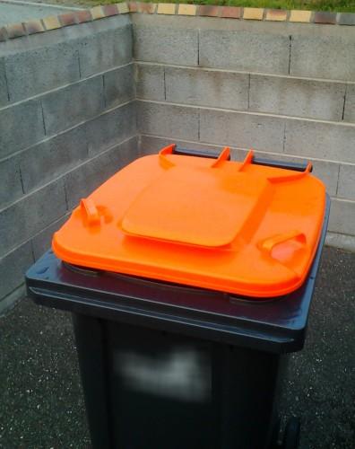 Poubelle orange.jpg